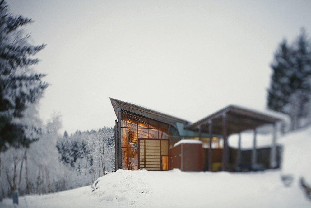 Aan een fjord boven Bergen ligt het Nordic Artists' Centre, een campus met studio's en vijf woningen voor bezoekende kunstenaars, betaald door de Noorse overheid. Architecten Haga & Grov uit Stavanger wonnen een prestigieuze nationale Noorse architectuurprijs voor hun ontwerp.Foto Laura Vuoma / NKD Dale