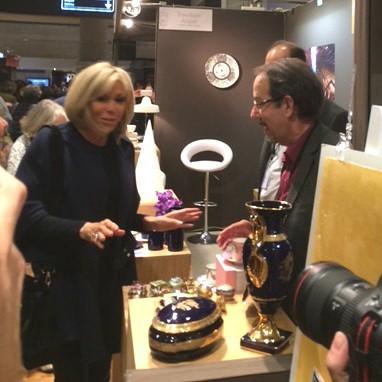 First Lady Brigitte Macron visiting our booth during Salon du Patrimoine Culturel - Paris Carrousel du Louvre #firstlady #premieredame #salondupatrimoineculturel #porcelainedelimoges #sitecorot #lavieenrose #tableware #madeinfrance #limogesboxes #luxurygift #handpainted