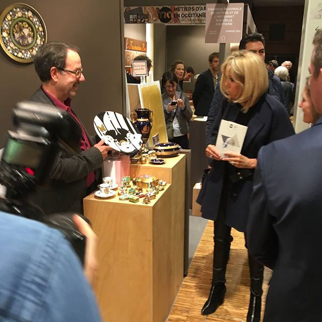 "Firt Lady Brigitte Macron admiring a plate created by the famous senegalese designer Faty Ly. ""Her strong artworks reflect the beauty, energy and strength of African women."" #firstlady