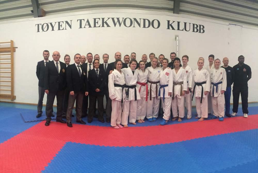 Dommerne, det norske og det finske laget samt trenerene.