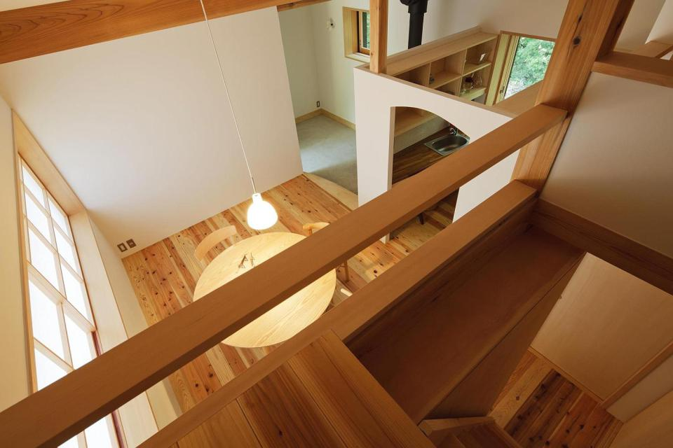satoshi-irei-habuka-mountain-retreat-living-from-loft-via-smallhousebliss.jpg