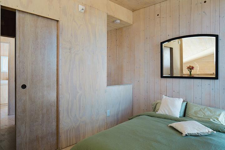 sailing_the_high_desert-prefab-vaction-home-bedroom-basics.jpg
