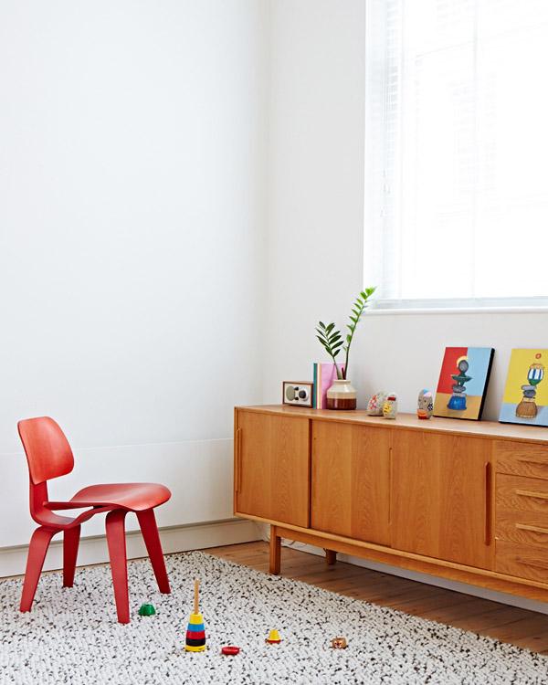 Melbourne apartment - cuisine - chhaise rouge et buffet.jpg
