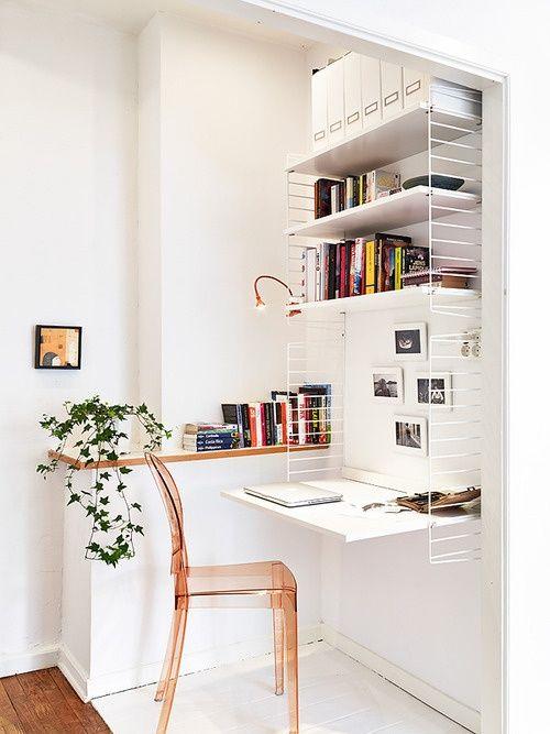 Cute cute! J'aime le fait que le bureau soit dans un coin : la petite tablette à gauche est sans doute bien pratique. Bravo pour la plante verte!
