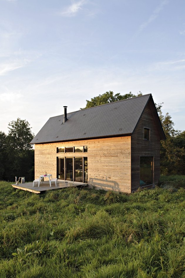 barn-style-weekend-cabin-embraces-simple-life-10a-exterior-thumb-autox945-46476.jpg