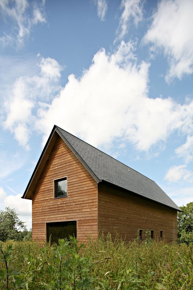 barn-style-weekend-cabin-embraces-simple-life-4a-exterior-thumb-autox945-46468.jpg