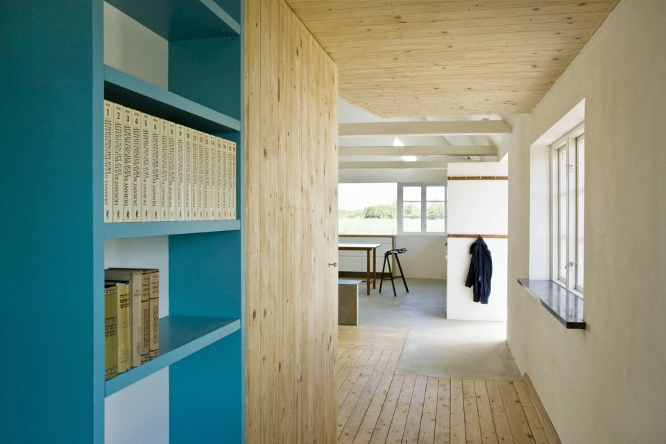 summerhouse-skane-lasc-studio-hallway2-via-smallhousebliss.jpg
