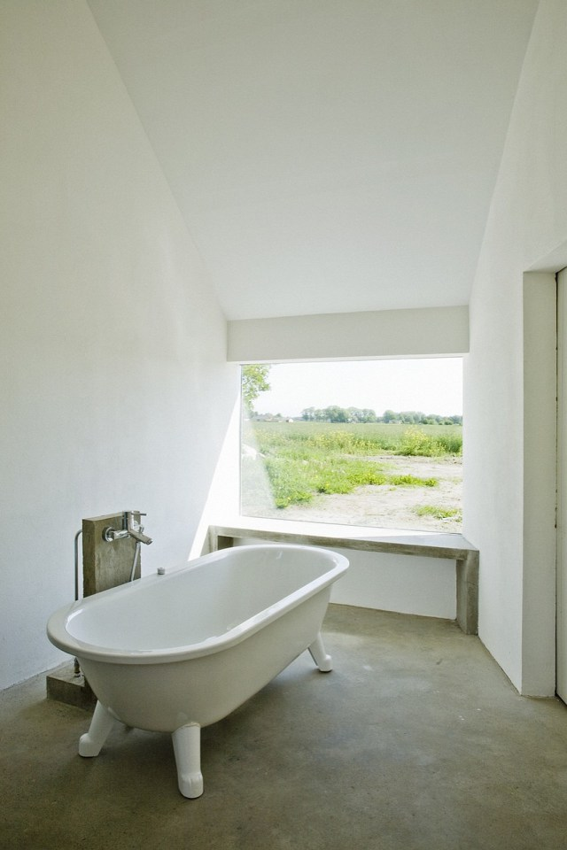 summerhouse-skane-lasc-studio-bathroom1-via-smallhousebliss.jpg