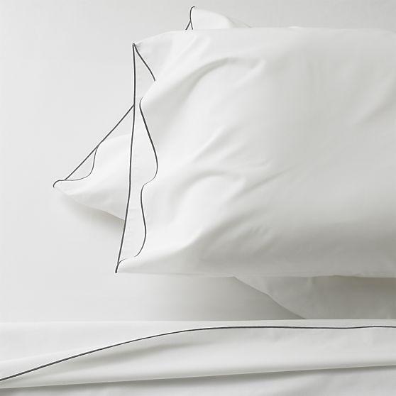 Simplicité et élégance avec cet ensemble noir et blanc de  chez Crate&Barrel.  J'aime beaucoup! Disponible en d'autres couleurs également.