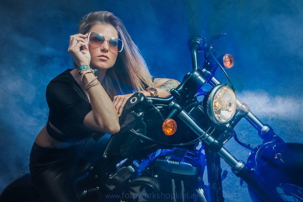 Harley Davidson Foto-Shooting in Kiel on location mit Fotomodell
