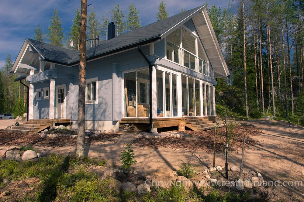 Архитектура дома совмещает традиционную форму и современное наполнение