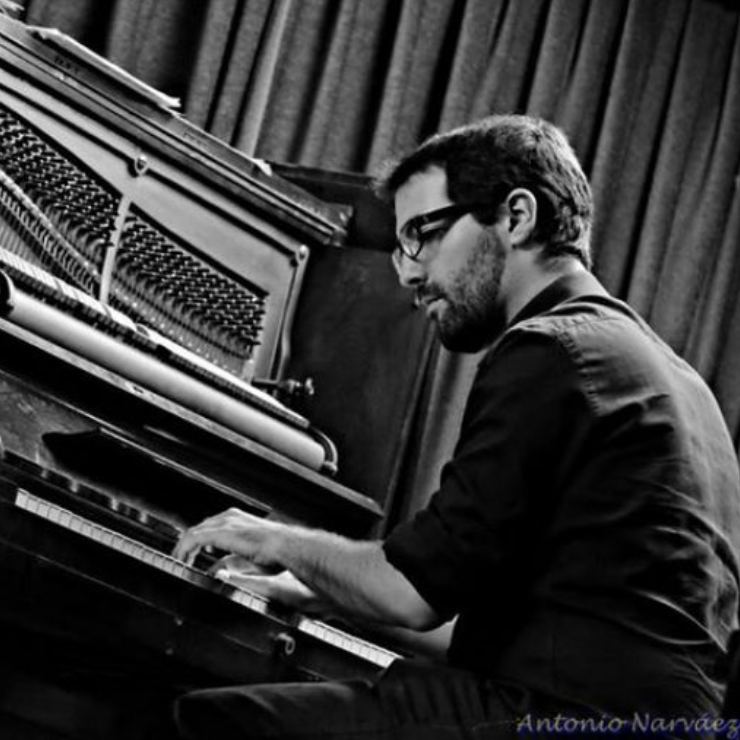 Joel Gonzalez (Barcelona,1988) finished his bachelor in ESMuC in 2013. He has worked in several jazz projects and he recorded as a sideman with Jesse Davis and Perico Sambeat. He moved to NYC to keep improving, studying in the Aaron Copland School of Music with David Berkman, Antonio Hart, Jeb Patton and Luis Perdomo and he won the Sir Roland Hanna Award.