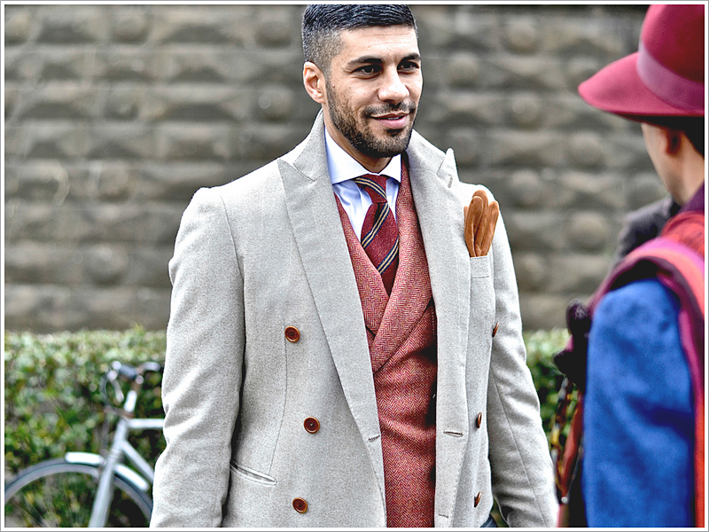 Khaled Nasr at (@s artoriomerta) // Focus: The modest contrast between his coat and suit.