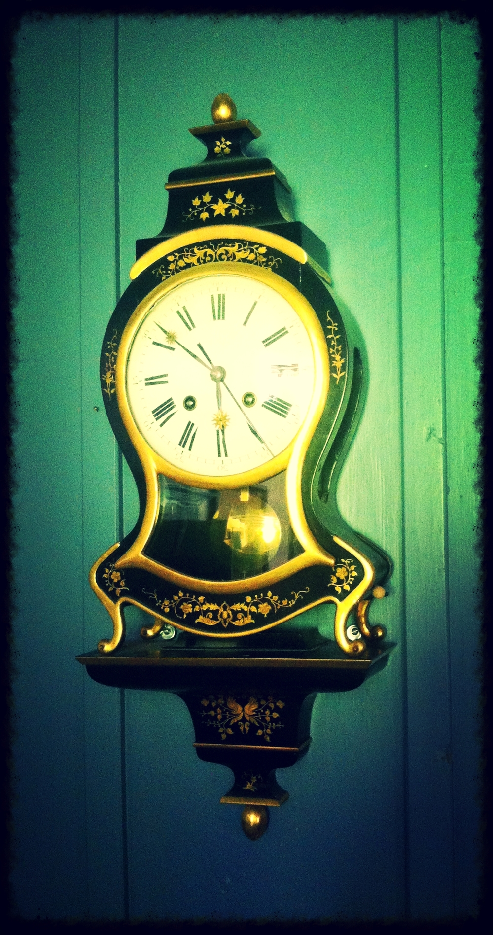 An_old_fashioned_clock_on_a_wall