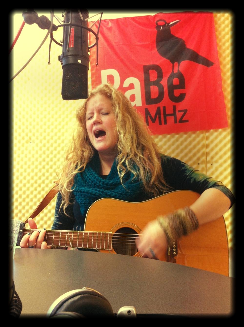 Me_singing_live_on_RADIO_RABE_in_Bern