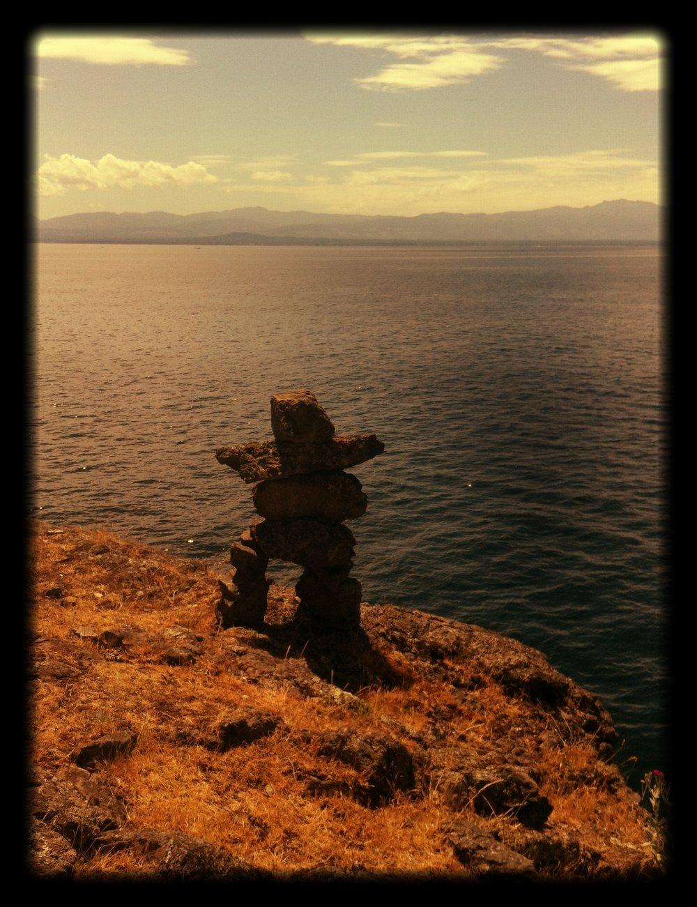 An_Inukshuk_over_looking_a_vast_ocean