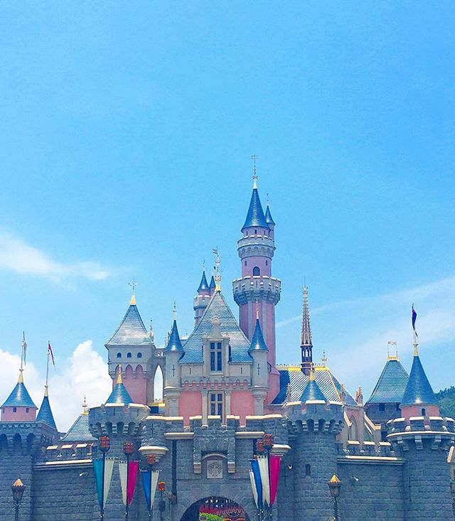 The prettiest palace in #hongkong 💞#disneylandhongkong #disney #happiestplaceonearth