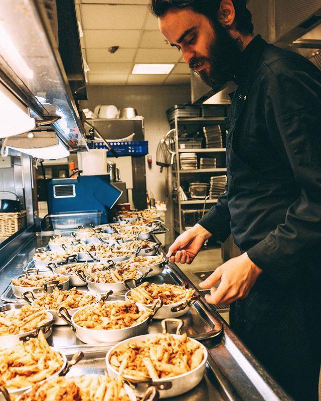 Igår var hela köket fylld med god pasta på alla bänkar. Idag kör vi tisdag och fint väder, kom in och häng på vår uteservering! 🌞 #hearts_sthlm #heartssthlm #stockholmstartshere #hearts