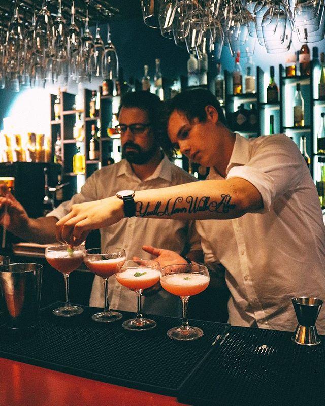 Helgen är här och vår cocktailbar är redo! Kom förbi, beställ en drink och slå dig ner på vår uteservering. 🍸 #hearts_sthlm #stockholmstartshere #hotelcstockholm