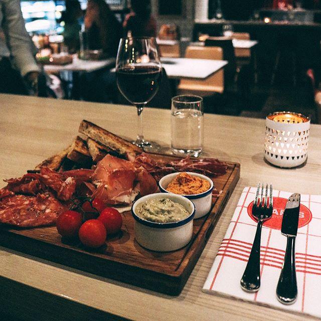 """Äntligen helg! Slå dig ner och njut med en """"Cold Cuts"""" och en härlig drink. Bättre än så blir det inte! Vi ses 👋🏼 #hearts_sthlm #hotelcstockholm"""