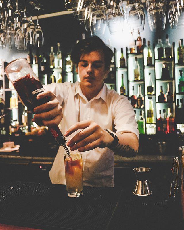 DRINK O'CLOCK! Äntligen fredag och vad passar bättre än en AW hos oss? Cocktailbaren är redo! 🍸🍹🍾 . #heartssthlm #hearts_sthlm #stockholmstartshere #hotelcstockholm