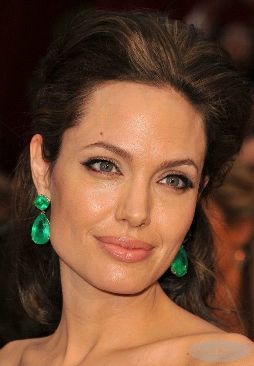 Angelina Jolie wearing Lorraine Schwartz Colombian emerald earrings.