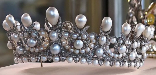 The pearl and diamond diadem of the Empress Eugenie by Lemmonier.  It passed into the Thurn und Taxis family and is now back at the Louvre.