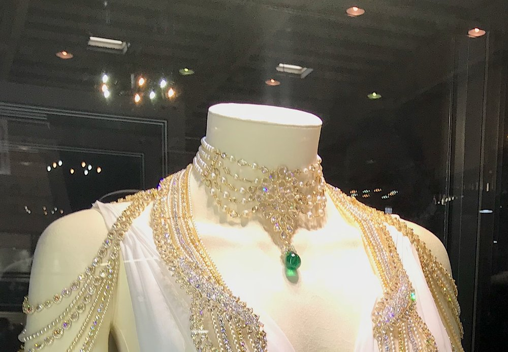 The top part of the jewel is detachable to be worn alone as a choker.
