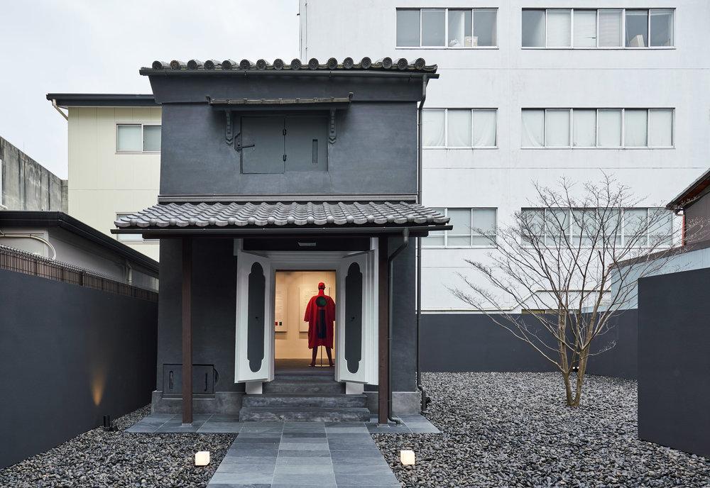 interiors-retail-shops-issey-miyake-kyoto-japan_dezainaa.jpg