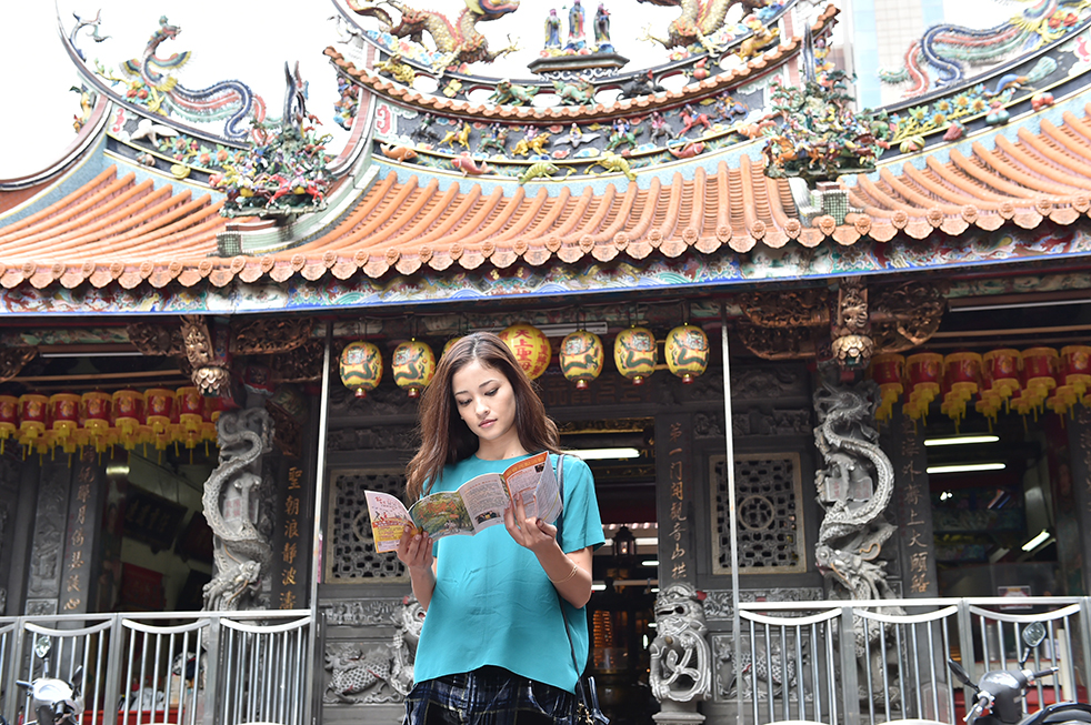 飾演警探的  黒木メイサ在大稻埕慈聖宮完成最後的臺灣畫面拍攝。 © WOWOW INC.