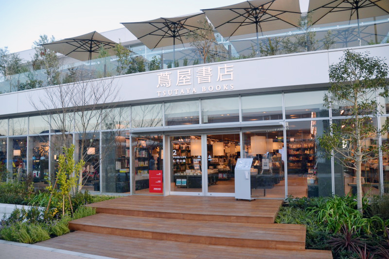 位在「湘南T-site」裡頭的「蔦屋書店」門口。© 湘南オヤジ