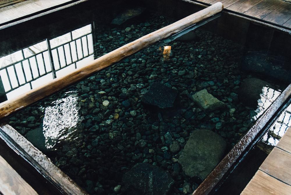 在超越100年的木造空間裡,將上半身枕在池中的木棍上,浸泡於石膏泉中,享受著溫泉的熱度,不僅對身體有實際的療效,似乎也治癒了平時忙碌、無法放鬆的心靈。