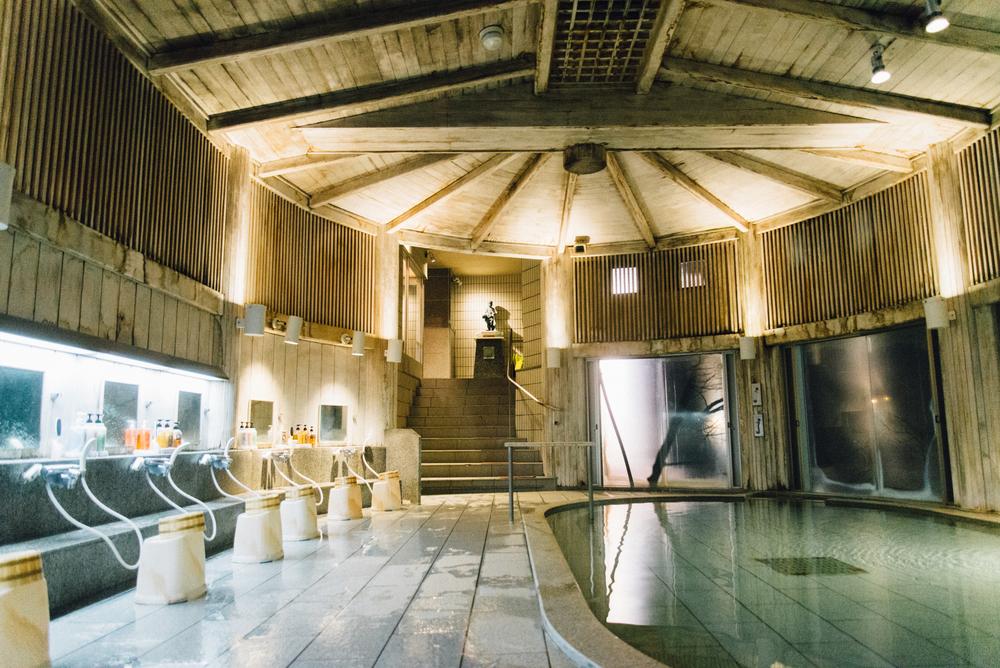 水上館的氣派,讓人不禁讚嘆不愧是天皇陛下曾經下榻過的溫泉旅館。