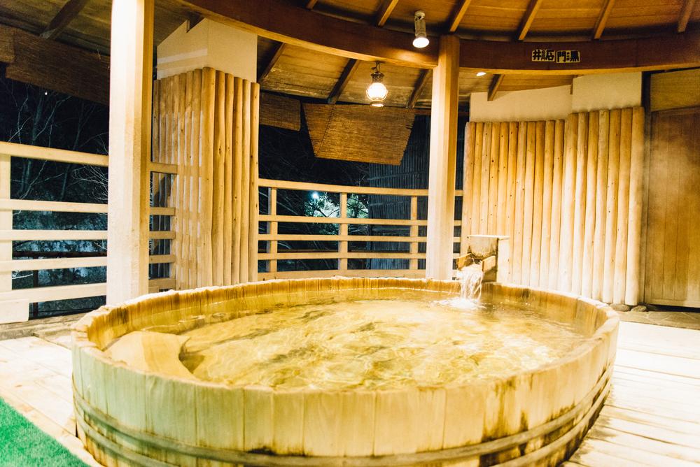享受裝潢從屋簷至壁柱均使用地方特產檜木製成的「水晶溫泉」,同時享有檜木香氣帶來的嗅覺體驗與浸泡於溫泉的觸覺感受。