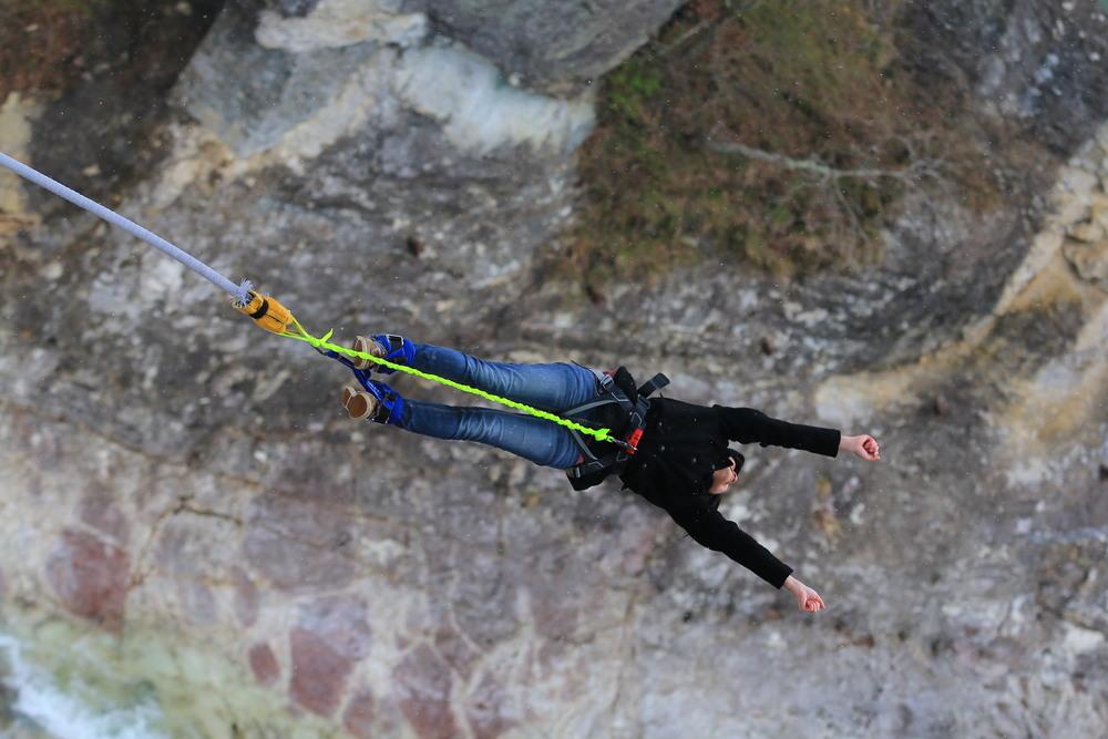 全日本各地只有5處可體驗由橋上一躍而下的快感,其中2處正位於水上町,其中諏訪峽高度為42公尺,每年約有15,000人會特地來此挑戰高空彈跳。