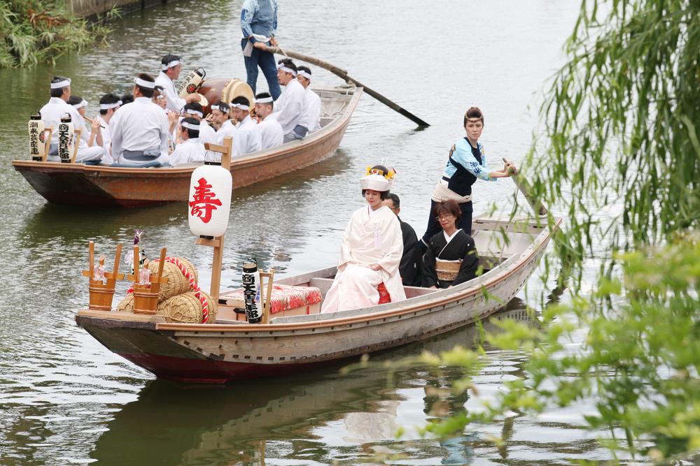 「出嫁船」:新娘乘坐櫓舟等待著新郎,並迎向岸邊。身穿日本傳統婚禮潔白無瑕服飾的新娘,相當美麗,令人陶醉。