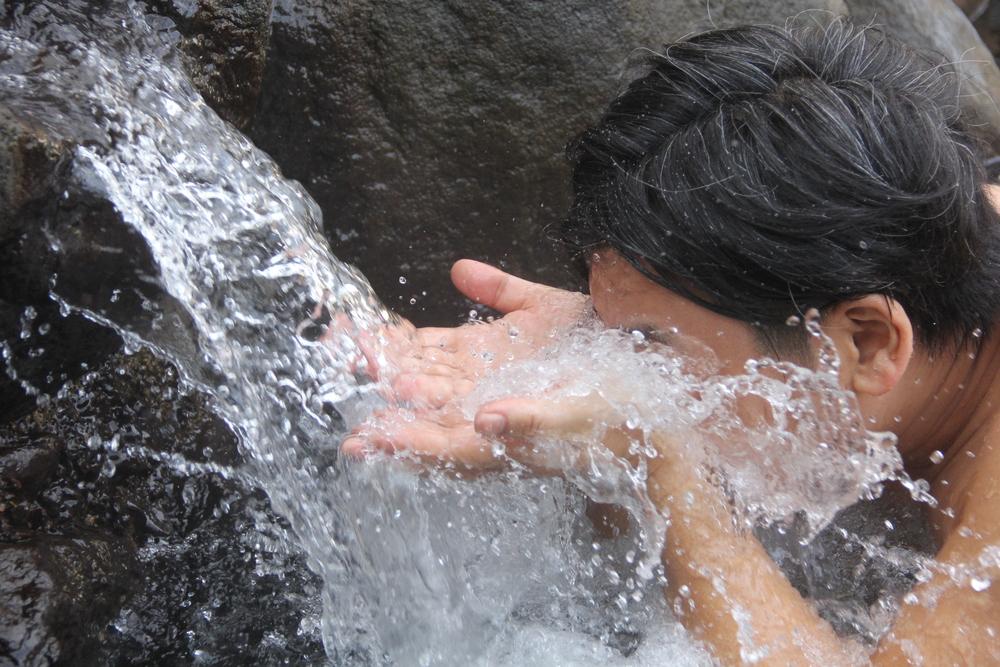 貝掛温泉的泉水具有保護眼睛的療效,浸泡方法首先用手捧取露天溫泉流水口的熱水,張大眼睛,將眼睛浸泡於熱水中,再重複張眼、閉眼,持續1~2分鐘,即可達到功效。