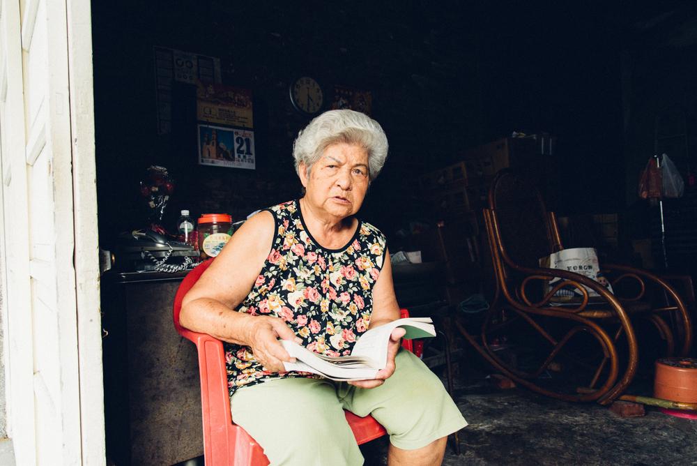 米店阿嬤平常也會唱演歌,手裡拿著的是演歌歌詞本。