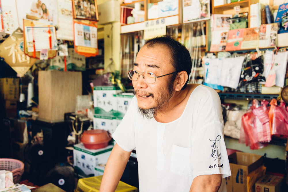 由日本作家一青妙取自檳榔攤上的「圈圈楊」圖案。圈圈在日文發音為「まる(maru)」,中文聽起來正好和路邊的「馬路」相似。(袖口是一青妙的簽名)