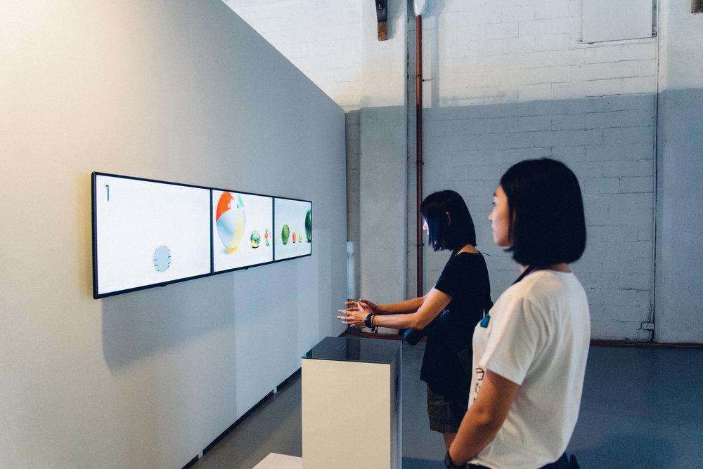 一顆蘋果多大?讓觀者實際用雙手模擬猜測蘋果大小,最後在螢幕上顯示模擬的大小最後是不是就是蘋果。互動式體驗讓觀者更能感同身受「單位」的奧妙。