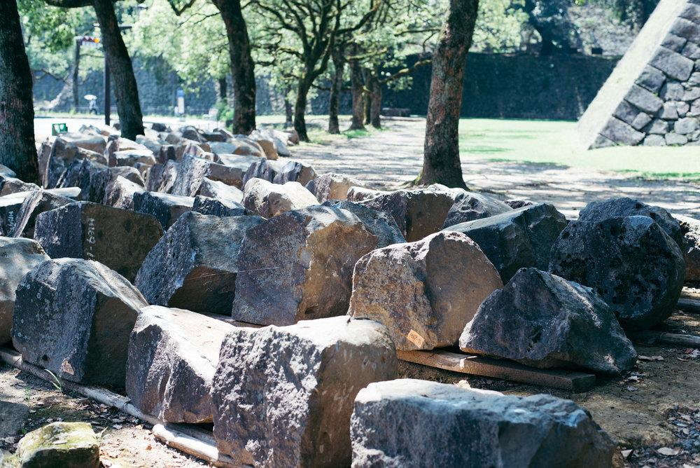 「這些都是從石牆倒塌下來的石頭,將每個石頭標記號碼,之後重建時也要使用同樣的石頭才行。」梅田雄介說。