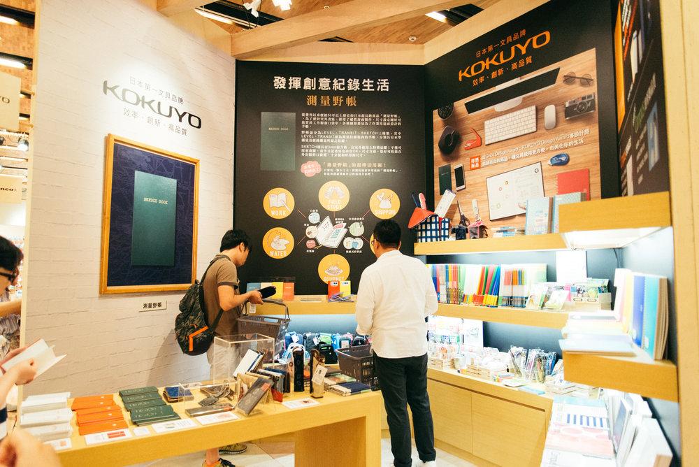 日本文具品牌KOKUYO以帳本起家,不但開發超長銷商品「測量野帳」,其日本生產製造的國民筆記本「Campus系列」更是每年賣出一億本,至今的銷售數量堆積起來已經有100座富士山高!