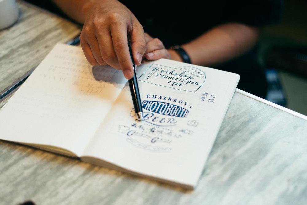 CHALKBOY分享著自己最近喜歡將第一個英文字母線條延伸拉出的字體設計。