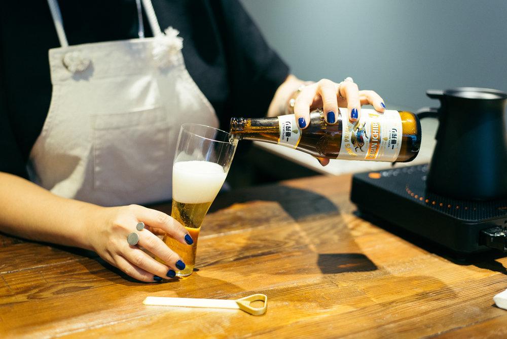 搭配松德硝子只有5公釐薄度的啤酒杯,沁涼地穿透KIRIN一番搾綿密的白色泡沫,玻璃的成份比較密的外壁能完整保存啤酒風味