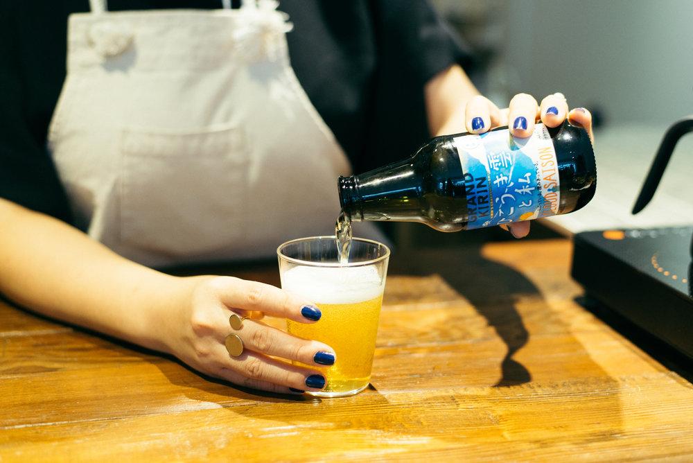專為GRAND KIRIN精釀啤酒設計的廣口瓶,圓潤細緻、輕量設計曾榮獲2012年GOOD DESIGN獎賞。搭配日本設計大師水野學的經典玻璃杯「The glass」,完美詮釋職人啤酒與玻璃工藝的風範。