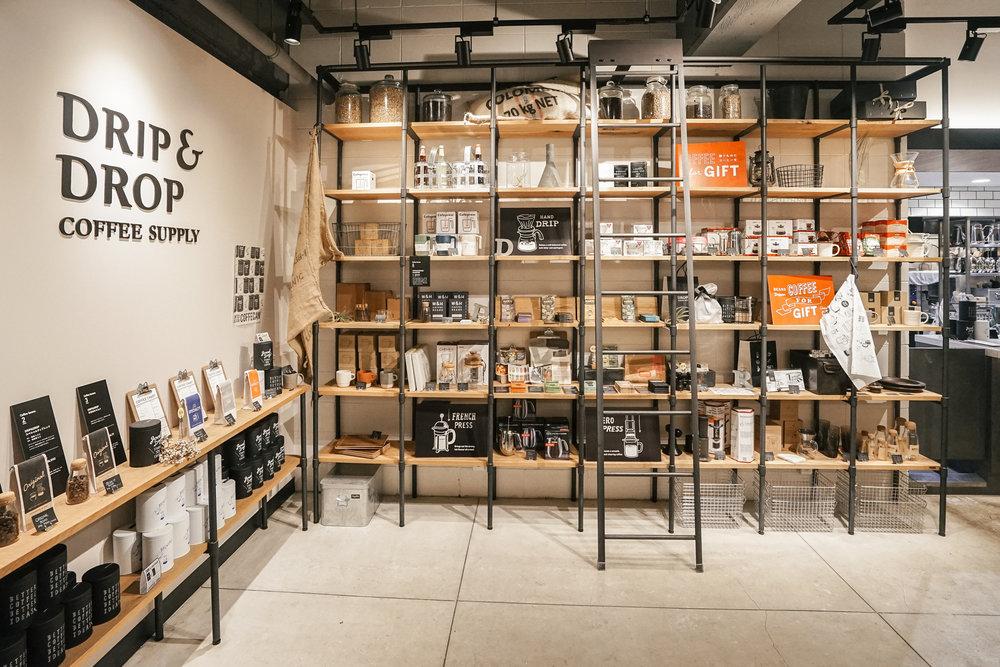 整櫃的咖啡豆與咖啡器具,正好讓人將喜愛咖啡的香氣實踐到生活之中。在這不只是喝咖啡,還能將咖啡帶回家中,延續Drip & Drop Coffee Supply的記憶。