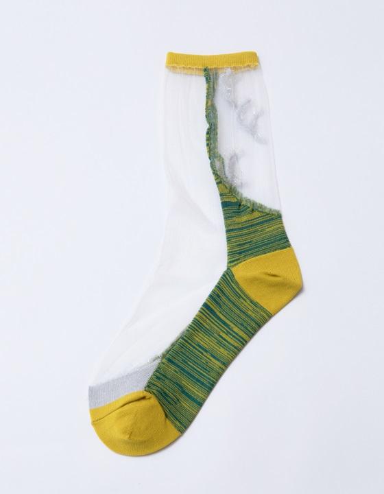 劍旗魚 1:1襪: 用大片透明凸顯魚的側邊,襪子後側的銀色提花是牠的新月尾巴。襪身的混紗則是劍旗魚衝向海深處,劈開水流激起的浪花和氣泡。