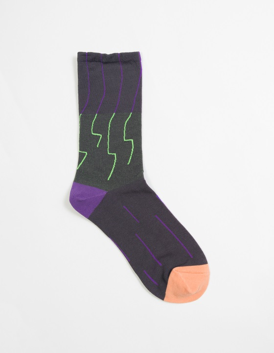 四物農樂1/1襪: 風連著雷的線條由襪口一路到雲的邊邊,襪身底紗採用跳的顏色,從各種角度觀看就會展現不同顏色的雲,在腳尖落下直直的雨,年年循環。