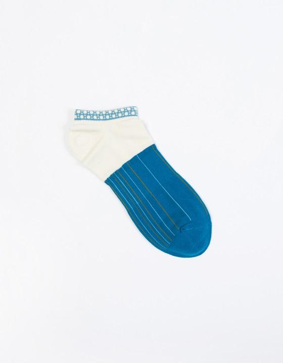 島唄1 / 4襪: 細細的色線,是島唄中三味線琴的音色,流暢鮮明,演唱的飽滿轉音,落在襪口上一顆顆大珠小珠上,和著三線節奏,心跟著被揪一下的聽著。