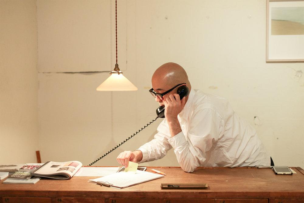 雖然只賣一本書,森岡書店的生意依舊絡繹不絕,就連電話也時常響起。